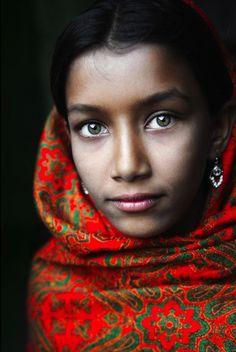 47 sorprendentes fotografías de personas de todo el mundo http://www.buzzfeed.com/mrloganrhoades/47-sorprendentes-fotografias-de-personas-de-todo-e: David Lazar, Bangladeshi Girl, Beautiful Eyes, Amazing Eyes, Green Eyes, Beautiful Faces, Young Girl, Beautiful People, People Face