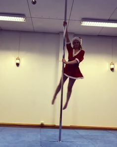 Girl shows her pole dance skills - Animated GIF Pole Dance Fitness, Pole Dance Moves, Wow Video, Gymnastics Videos, Aerial Dance, Aerial Hammock, Pole Tricks, Contortion, Fitness Motivation