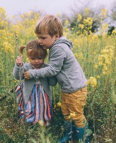 Idee/Inspiration für ein Familienfotoshooting. Fotoshooting - Familie - Familienfoto - Liebe - Familienfotografie - Shooting - natürlich - authentisch - Geschwister - draußen - outdoor - Feld - Natur - Bruder - Schwester vanessasblickwinkel.de