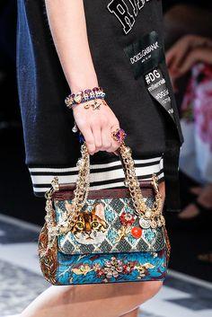 17bf3f315ab Dolce   Gabbana Fall 2017 Ready-to-Wear Fashion Show · Bolsos ChanelRopa Bolsas ...