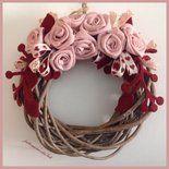 Corona in legno con rose di lino rosa