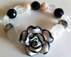 Bracciale con fiore fimo nei colori nero e bianco.