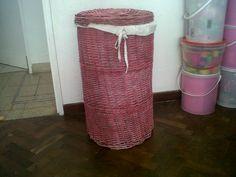 Canasto antiguo de mimbre reciclado y pintado con lacas. Con funda de tela rústica hecha a mano