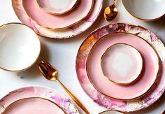 Vi er vildt forelskede i den amerikanske keramiker Lindsay Emery og hendes delikate, pastelfarvede univers. Hun skaber porcelæn med glasur, der flyder ud som akvarelmaling.