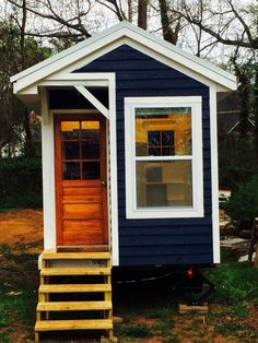 La Petite Maison: A Banged-Up House. a 13 year old girl built her own tiny home! Crickey, I need to get to it! Tyni House, Tiny House Living, Tiny House Movement, Tiny House Nation, Building A Tiny House, Micro House, Tiny Cabins, Diy Holz, Tiny Spaces
