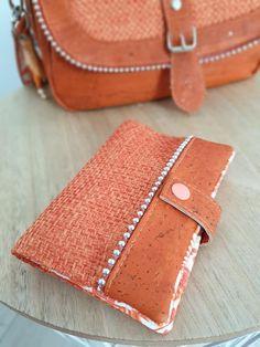 Portefeuille Compère orange en toile sysal et liège cousu par Alexiane - Patron Sacôtin
