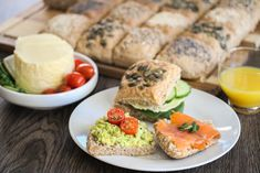 Grove rundstykker med frø - i langpanne Bread Baking, Salmon Burgers, Scones, Avocado Toast, Food Styling, Sushi, Clean Eating, Rolls, Breakfast