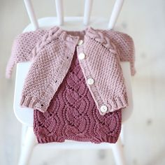 Et lite bilde fra i fjor somme Baby Knitting Patterns, Knitting For Kids, Baby Patterns, Knitted Baby Outfits, Knitted Baby Cardigan, Rib Stitch Knitting, Crochet Baby, Knit Crochet, Baby Coat