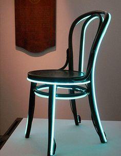 E essa Thonet com neon? Do inglês Lee Broom - http://glo.bo/HTS6lk