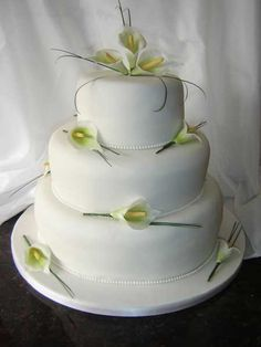 Calla Lily Wedding Cake Beautiful Wedding Cakes, Beautiful Cakes, Amazing Cakes, Calla Lillies Wedding, Wedding Cake Table Decorations, Green Cake, Cake Decorating Videos, Caking It Up, Wedding Cake Designs