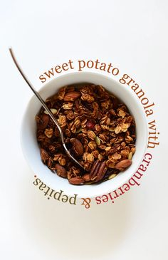 Sweet Potato Granola! minimalistbaker.com recipes #minimalistbaker Vegan Granola, Chocolate Granola, Yogurt And Granola, Healthy Halloween Treats, Baker Recipes, Fall Recipes, Sweet Potato, Minimalist Baker, Food