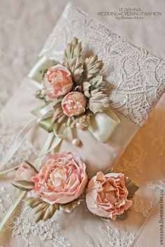 Комплект свадебных аксессуаров. Цветы из шелка. Нежный комплект из шелковых цветов (ручная окраска и сборка, натуральный шелк)  в комплекте : подушечка для колец выполненная из натуральной кожи и шелка, цветы в прическу, 2 подвязки, пояс кожаный с бронзовыми подвесками, бахромой и цветами.