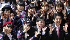 Shinzo Abe con el gurpo hkt48 despues de comer un asado  Photos of the day - April 12, 2014