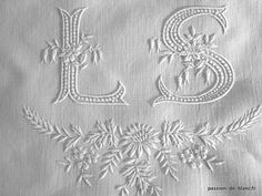 Corner seams> Monograms> ANTIQUE LINEN / LS Beautiful hand embroidered monogram with beautiful relief on pure linen canvas end for sewing - Old linen - Passion de Blanc - Antique textiles