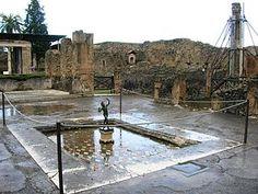 Impluvium della Casa  del Fauno di Pompeii , al cui centro è collocata una copia del Fauno danzante  ; la scultura originale , bronzo del II° secolo  a.C.  , conservata al Museo Archeologico Nazionale di Napoli ,  era ,probabimente ,collocata ai bordi dell'impluvium