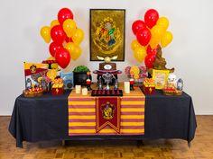 Harry, Hermione e Ron se juntaram a nós para montar essa decoração de festa, que tem as cores da casa dos nossos bruxos favoritos, a Grifinória, e diversos outros itens incríveis: chapéu seletor, coruja, a taça do Torneio Tribruxo (que acende!), o livro de poções, o caldeirão e uma cobra infiltra...