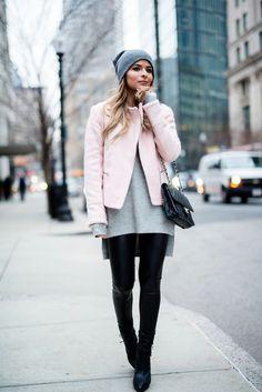 outfit zusammenstellen, hellrosa jacke in kombination mit schwarzen leggings und grauer bluse