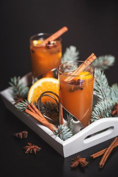Nejvřelejší uvítání pro promrzlou návštěvu: svařák, který voní po pomerančích a skořici; Eva Malúšová Cocktails, Drinks, Xmas Decorations, Chai, Christmas Cookies, Christmas Time, Smoothies, Container, Food