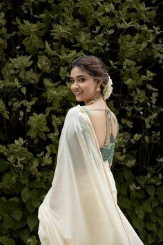 Onam Saree, Kasavu Saree, Most Beautiful Indian Actress, Beautiful Asian Girls, Beautiful Women, Beautiful Saree, Simple Kurti Designs, Ideas For Instagram Photos, Saree Photoshoot