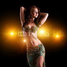 wunderschöne orientalische Tänzerin vor Lichter-Hintergrund