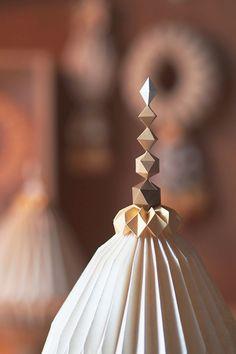 Delicate Papercraft Sculptures  Wirin Chaowana est une artiste designer basée à Bangkok, en Thaïlande. Spécialisée dans l'art du papier, elle réalise de ses mains de délicates petites sculptures : elle retranscrit un univers fragile et précieux tout en créant des formes complexes. Une compilation de ses travaux est à découvrir dans la suite.