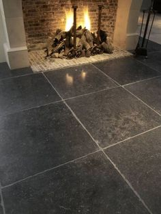 Belgian blue stone, ook in onze showroom te bezichtigen. Belgian Blue, Belgian Style, Stone Flooring, Kitchen Flooring, Fireplace Design, Home And Living, Interior And Exterior, Decoration, Sweet Home