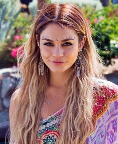Face jewels on vanessa hudgens @ coachella face jewellery, boho jewelry, indian Coachella Make-up, Vanessa Hudgens Coachella, Coachella Looks, Vanessa Hudgens Blonde, Vanessa Hudgens Makeup, Festival Looks, Festival Style, Cheeks Piercing, Maquillage Normal