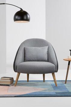 Ezra Sessel in Grau. Einladend, großzügig und wie eine herzliche Umarmung: Dieser Sessel begrüßt dich mit Sitzkomfort und Style. Hier kannst du dich fallenlassen und deine Bücher und Filme ganz gemütlich genießen.