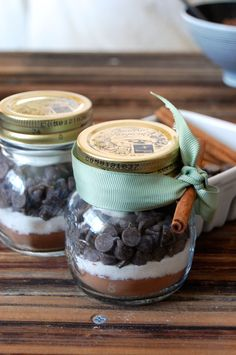 Hot Chocolate Mix in a Jar - a perfect edible DIY gift recipe for Christmas gifting! These jars are layered with cocoa powder, chocolate, sugar, and personalization ideas for homemade gifts for friends and family. Hot Chocolate In A Jar, Chocolate Gifts, Hot Chocolate Favors, Chocolate Party, Chocolate Chips, Chocolate Recipes, Mason Jar Gifts, Mason Jars, Unique Baby Shower Favors