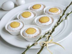 Muffiny naplněné tak, že připomínají rozpůlená vajíčka. Výsledkem je úžasně vláčný dezert, který překvapí svou chutí, pokaždé jinou. Naplnit je můžete citronovým krémem, vanilkovým pudinkem pro děti nebo vaječným koňakem pro dospěláky. Czech Recipes, Ethnic Recipes, Cupcake Cakes, Cupcakes, Easter Recipes, Amazing Cakes, Food Art, Sweet Recipes, Panna Cotta