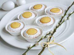 Muffiny naplněné tak, že připomínají rozpůlená vajíčka. Výsledkem je úžasně vláčný dezert, který překvapí svou chutí, pokaždé jinou. Naplnit je můžete citronovým krémem, vanilkovým pudinkem pro děti nebo vaječným koňakem pro dospěláky.