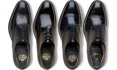 「スーツよりも革靴に投資すべき」「無理をしてでも革靴には大枚をはたく価値がある」「革靴ほど金額と品質が比例するアイテムはない」昔からメンズファッションにおいて、まことしやかに語られるフレーズの数々。英国ノーザンプトンの老舗ブランド「チャーチ」のウィングチップを18年以上愛用していることで知られるトニーブレア元首相が「安い靴は不経済だよ」と発言したことをご存知の方も多いことでしょう。今回は、ビジネスマンが革靴に投資すべき理由を整理して紹介していきます。 ビジネスマンが革靴にお金をかけるべき理由「クラシックな革靴は、流行の変化によってダサくならない稀有な存在」 jamesbondlifestyle クラシックな革靴のデザインは完成された普遍的なものです。場合によっては、ラスト(木型)変更などがありますが基本的に100年前のデザインがそのまま踏襲され、時代を超えて通用する世界観です。…