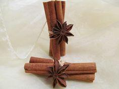 Skořice s badyánem Svazeček ze tří skořic s hvězdičkou badyánu.Vhodné jako malá vánoční dekorace nebo jako dáreček. Délka skořice je 8 cm.