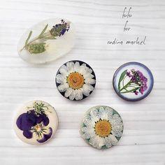 今週末、八千代のRodinaマーケットに出店します♪ イベントに向けて制作した、小さめ一輪ブローチ。 ぜひ、お立ち寄りください^^ . #rodina #マルシェ #イベント #出店 #雑貨屋 #押し花 #植物 #アクセサリー #ボタニカル #ブローチ #美濃焼 #タイル #ナチュラル #自然 #自然のアート #pressedflowers #accessories #handworks #handmade