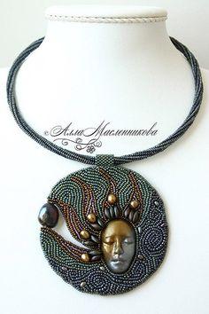 Visto su Facebook (purtroppo non riesco a leggere il nome della creatrice) - #beads #embroidery