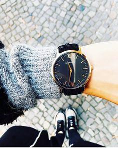 Coisa mais linda esses relógios da @baudelairewatches marca londrina de edição limitada - foram só 100 produzidos. Enormes como eu prefiro!  E ainda tem o nome do poeta que eu mais gostava no colégio... Achei um charme! #Relógio #BaudelaireWatches