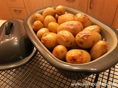 Pellkartoffeln aus dem Ofenmeister von Pampered Chef® Pell Potatoes from Master Lily or Oven Master from Pampered Chef Potato For Skin, Benefits Of Potatoes, Potato Juice, Different Recipes, Oven, Food And Drink, Healthy Recipes, Yummy Recipes, Cooking