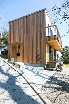 レッドシダーが貼られたスクエアな家。月日が経つとともに木肌の色がシルバーに変わって、味のある外観になるはずだ。