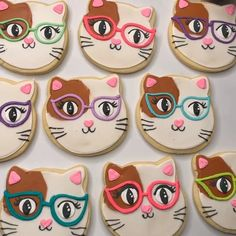 How cute are these cats🐱! Any cat lover would love these cookies. Add some colorful glittering Tinker Dust® to the cats glasses👓 and forget about it! Cat Cookies, Fancy Cookies, Easter Cookies, Cupcake Cookies, Duck Cookies, Summer Cookies, Cookie Favors, Flower Cookies, Valentine Cookies