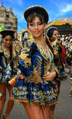 TRAJES TIPICOS DEL PERU Traditional Peruvian Dresses: Caporales (Puno) Nomad Fashion, Womens Fashion, Carnival Girl, Carnival Outfits, Caribbean Carnival, African Diaspora, Custom Dresses, People Of The World, World Cultures