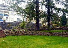 Trockenmauern terrassieren den Garten