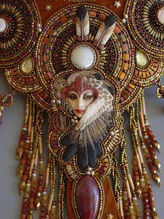 Cet étonnant collier a été inspiré par la belle porcelaine grue Dame et les plumes par Laura Mears. Jai brodé de perles les médaillons avec