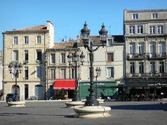 Bordeaux: Façades de maisons, lampadaires et terrasse de café de la place Canteloup - France-