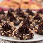 Çay Saati Çikolatalı Pasta | Nursel'in Mutfağından Yöresel Yemek Tarifleri Chocolate Cups, Waffles, Food And Drink, Pudding, Sweets, Beef, Candy, Cookies, Breakfast