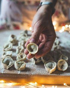 Przepis na najlepsze pierogi z kapustą i grzybami   PrzepisyTradycyjne.pl Pierogi, Stuffed Mushrooms, Vegetables, Cooking, Recipes, Food, Motivation, Stuff Mushrooms, Kitchen