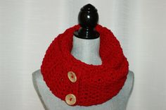ROUGE foulard infini  rouge infini de par LesBijouxLibellule Winter Scarves, Red Scarves, Loop Scarf, Circle Scarf, Red Gifts, Girl Gifts, Handmade Gifts For Her, Unique Gifts, Valentine Day Gifts