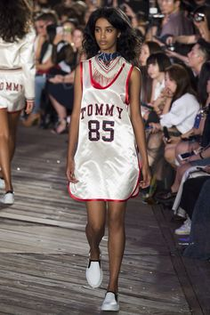 Tommy Hilfiger Fall 2016 Ready-to-Wear Collection Photos - Vogue Hip Hop Fashion, Pink Fashion, Fashion Week, Runway Fashion, Fashion Show, Womens Fashion, Tommy Hilfiger, Vogue Mexico, Vogue Paris