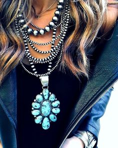 It is never simple to pick what to wear with your hippie outfit. Big Jewelry, Bohemian Jewelry, Indian Jewelry, Jewelry Design, Western Style, Cowgirl Style, Western Wear, Colar Fashion, Fashion Jewelry