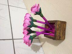 Canetas com ponteira em Rosa perfumada de EVA disponível em varias cores. R$ 5,00