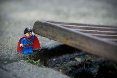 L'artisan de l'image Sofiane Samlal assembe avec patience et savoir-faire des clichés mettant en scène des figurines Lego.